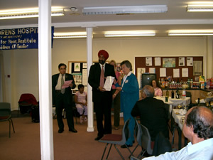 Volunteers honour awards at the hands of Consul General of India